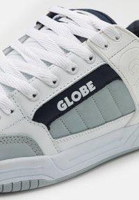 Globe - TILT - Skateschoenen - white/grey/navy - 5