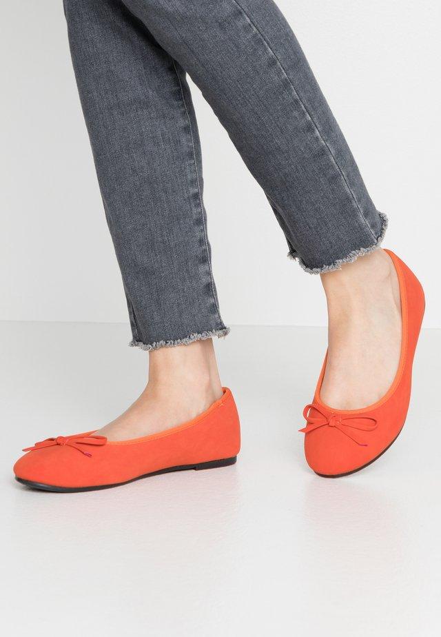 WIDE FIT ROCCO  - Bailarinas - orange