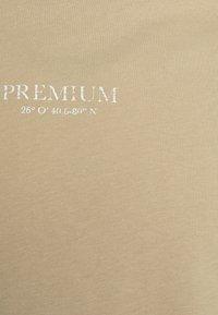 Jack & Jones PREMIUM - JPRBLAGEO BOX FIT TEE - Print T-shirt - white pepper - 2