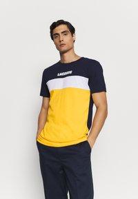Lacoste - T-shirt imprimé - marine/guepe/blanc - 0