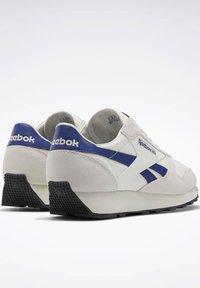 Reebok Classic - UNISEX - Trainers - chalk/deep cobalt f17-r/black - 5
