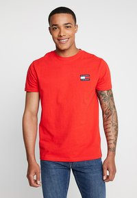 Tommy Jeans - BADGE TEE - Basic T-shirt - red - 0