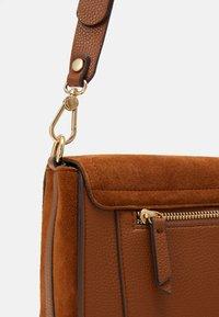 PARFOIS - CROSSBODY BAG BALI - Across body bag - camel - 3