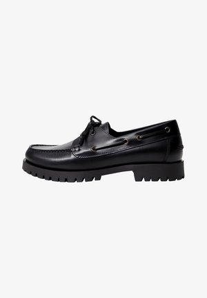 TRACK - Boat shoes - černá