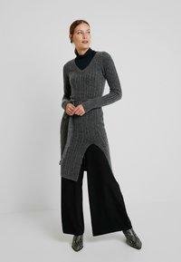 Abercrombie & Fitch - SLIM TURTLENECK - Maglietta a manica lunga - black - 1
