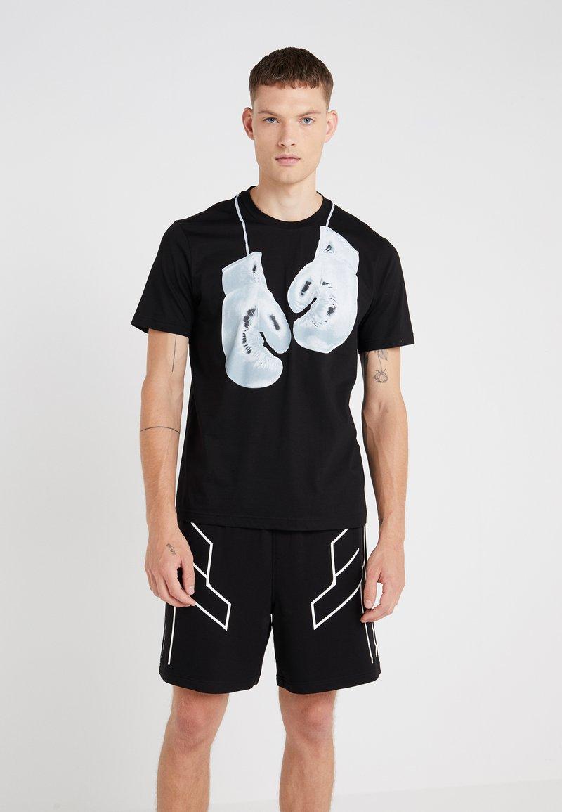 Neil Barrett BLACKBARRETT - BOXING GLOVES  - T-shirts print - black/white