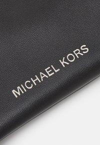Michael Kors - COIN POUCH CHAIN UNISEX - Wallet - black - 5