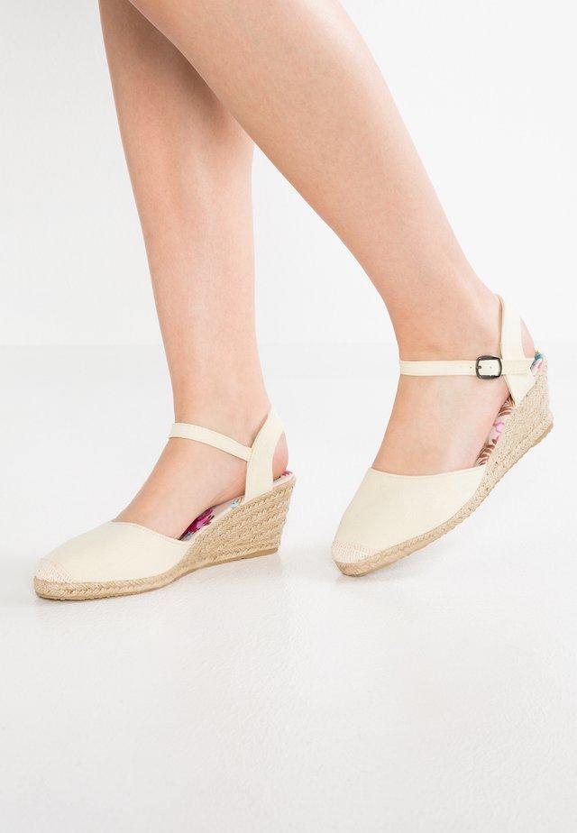 Sandalias de cuña - beige