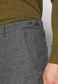 Selected Homme - SLHSLIMTAPERED THEO PANTS - Trousers - grey/houndstooth - 4
