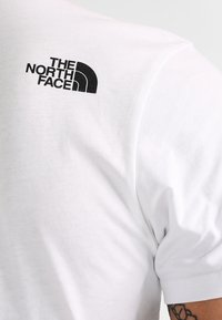 The North Face - WOODCUT DOME TEE - T-shirt z nadrukiem - white/black - 4