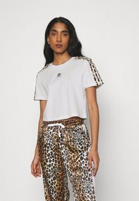 adidas Originals - LEOPARD CROPPED TEE - T-shirts med print - white - 0