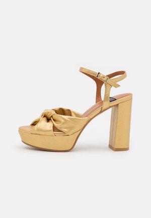 Sandały na platformie - libreria oro