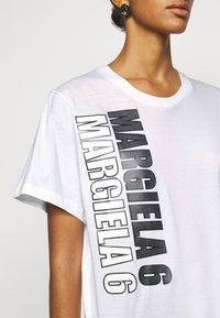 MM6 Maison Margiela - T-shirts med print - white - 4