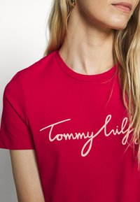 Tommy Hilfiger - CREW NECK GRAPHIC TEE - Printtipaita - ruby jewel - 5