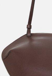 Little Liffner - PEBBLE CROSSBODY - Across body bag - dark brown - 4
