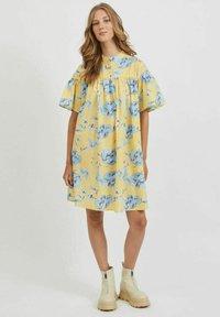 Vila - OVERSIZE - Skjortklänning - pineapple slice - 1