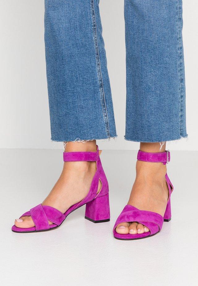 MAY CROSS - Sandalen - purple