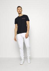 Tommy Hilfiger - T-shirt z nadrukiem - blue - 1