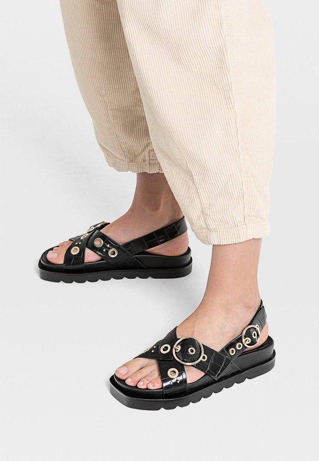 FLACHE SANDALEN MIT SCHNALLE UND PRÄGUNG 19256570 - Korkeakorkoiset sandaalit - black