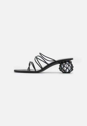 KELLY - Pantofle na podpatku - black