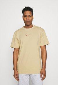 Karl Kani - SMALL SIGNATURE TEE UNISEX - Print T-shirt - sand - 0