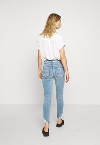 American Eagle - CURVY HI-RISE CROP - Jeans Skinny Fit - destroyed bright - 2