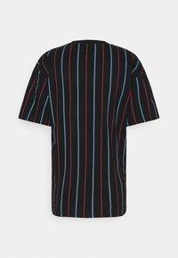 Karl Kani - SMALL SIGNATURE PINSTRIPE TEE - T-shirt imprimé - black - 7