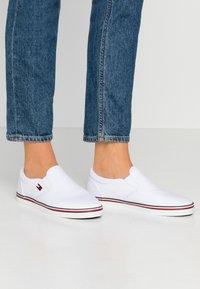 Tommy Jeans - ESSENTIAL SLIP ON SNEAKER - Slip-ons - white - 0