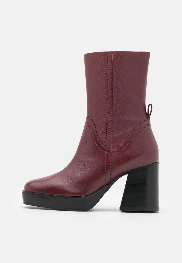 HAZZARD MID PLATFORM BOOT - Kotníkové boty na platformě - burgundy
