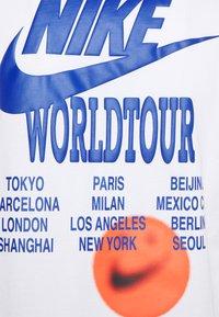 Nike Sportswear - TEE WORLD TOUR - T-shirt med print - white - 3