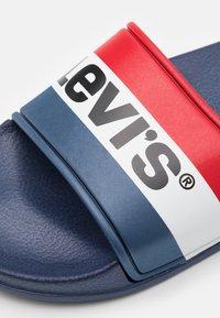 Levi's® - POOL UNISEX - Muiltjes - navy/red - 5