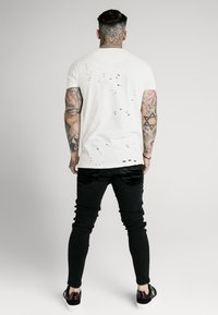 SIKSILK - DISTRESSED BOX TEE - Triko s potiskem - off white - 2