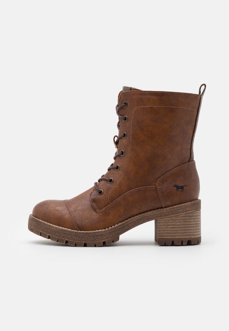 Mustang - Kotníkové boty na platformě - cognac