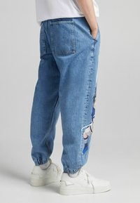 Bershka - NARUTO - Jeansy Relaxed Fit - blue denim - 2