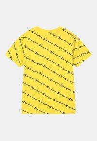 Champion - AMERICAN PASTELS CREWNECK UNISEX - T-shirt imprimé - yellow - 1