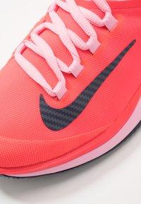 Nike Performance - AIR ZOOM CLAY - Tenisové boty na antuku - laser crimson/blackened blue/pink - 5