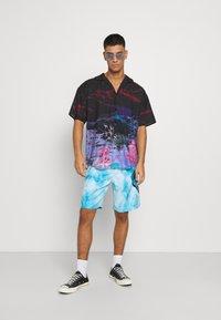 Santa Cruz - TIE DYE HAND BOARDIE - Shorts - blue - 1