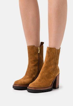 Platform ankle boots - crosta canella