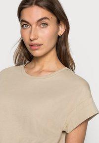 Moss Copenhagen - ALVA SEASONAL TEE - Basic T-shirt - white pepper - 4