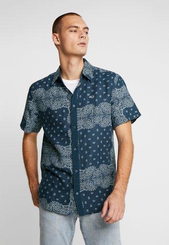BANDANA PRINT SHIRT - Shirt - blue