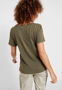 Columbia - CSC™ PIGMENT TEE - Print T-shirt - olive green - 2