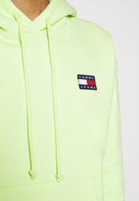 Tommy Jeans - BADGE HOODIE - Sweat à capuche - faded lime - 6