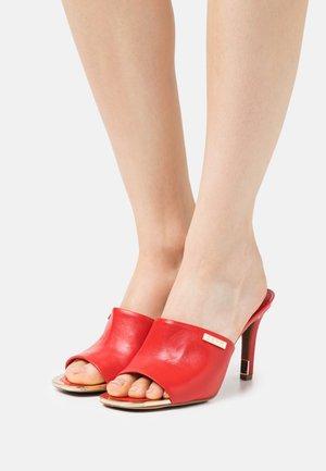 BRONX MULE - Pantofle na podpatku - red