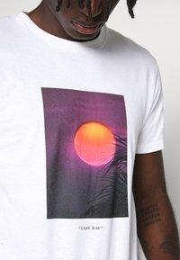 Topman - SUNSET TEE - Print T-shirt - white - 4