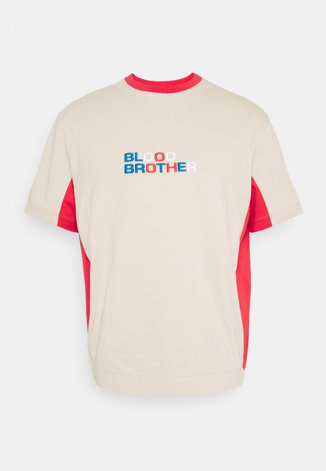 DOLLIS TEE UNISEX - T-shirt con stampa - beige/red