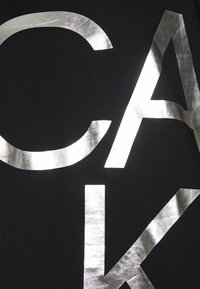Calvin Klein - BIG LOGO - Print T-shirt - black/silver - 6