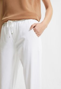 comma casual identity - REGULAR FIT - Tracksuit bottoms - white - 3