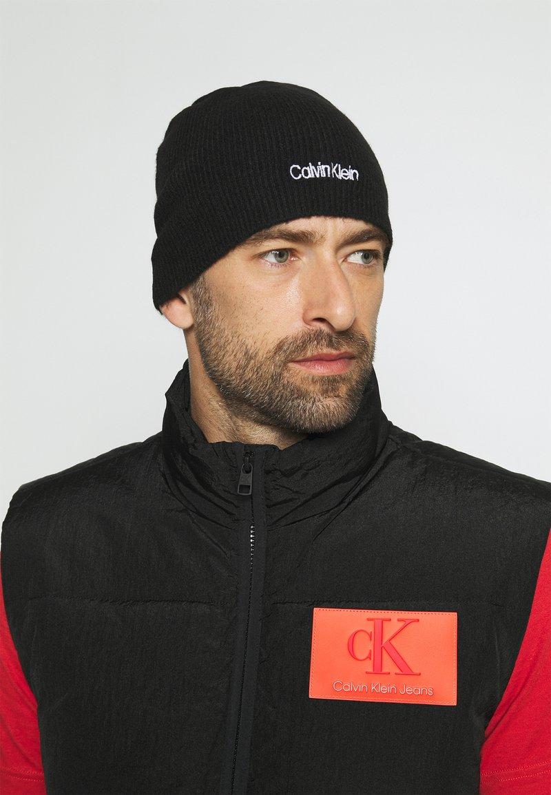 Calvin Klein - BASIC NO FOLD BEANIE UNISEX - Pipo - black