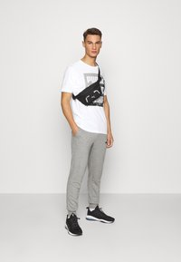 Puma - SUMMER GRAPHIC TEE - T-shirt con stampa - white - 1
