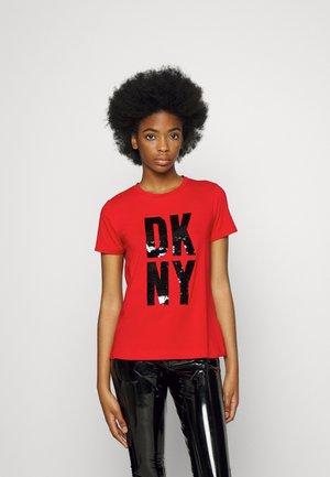 STACKED SEQUIN LOGO - Apdrukāts T-krekls - rudolph red/black
